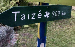 Taizé Hinweis Schild im Atrium der Gemeinde Mariendorf-Ost